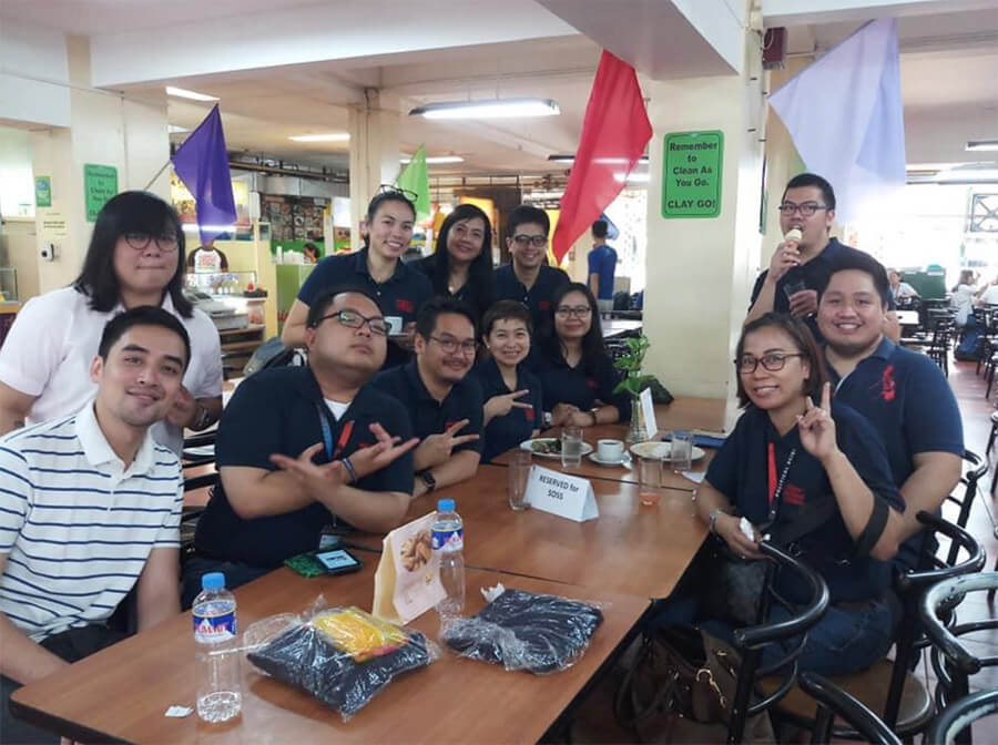 Vico Sotto in the Ateneo De Manila University Cafeteria. Here he is posing with the Ateneo De Manila University Political Science Department